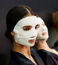 Les mannequins portent le masque Aurealux en backstage du défilé Dolce&Gabbana printemps-été 2015