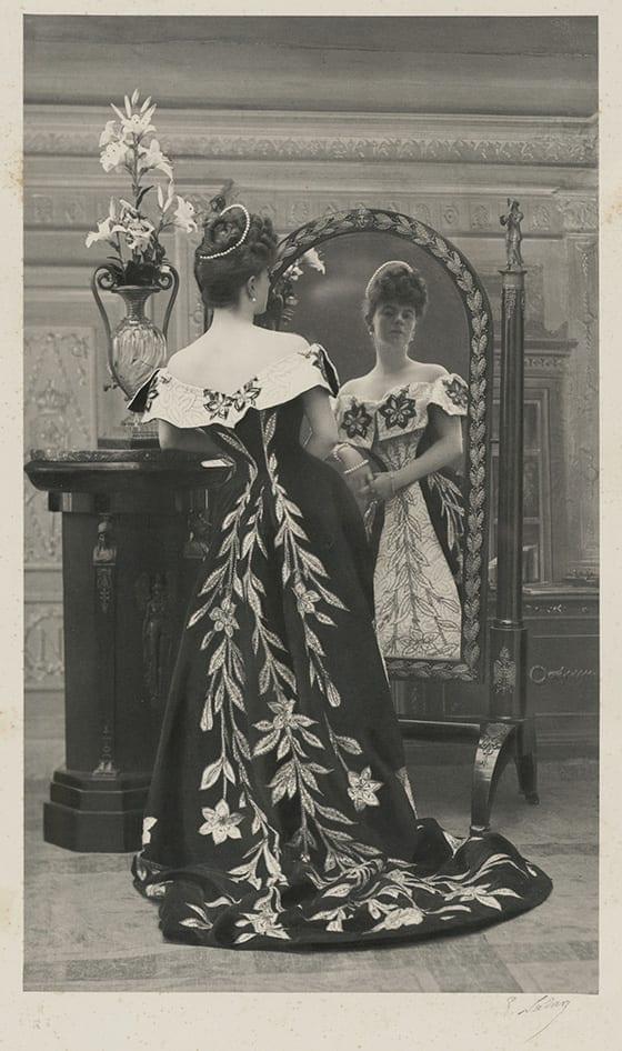 La_comtesse_Greffulhe_portant_la_robe_aux_lys_maison_Worth_Galliera, musee_de_la_Mode_de_la_Ville_de_Paris