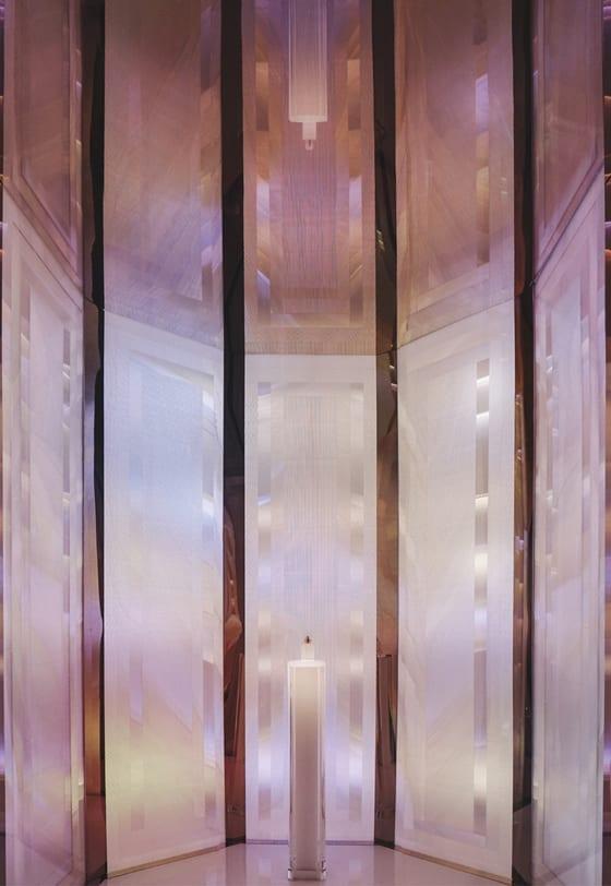 Le visiteur est immergé au cœur de la fragrance, dans le processus créatif  du parfumeur, dont l inspiration est guidée par des images et des  sensations. 52c224053288