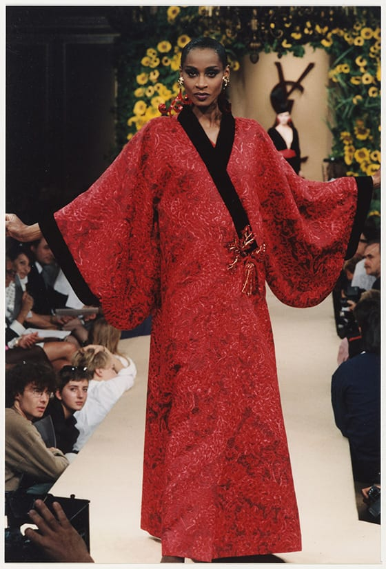Ensemble_du_soir_d-inspiration_japonaise__haute_couture_AH_juillet_1994_Musee_Yves_Saint_Laurent_Paris_©_Yves_Saint_Laurent_photo_Guy_Marineau