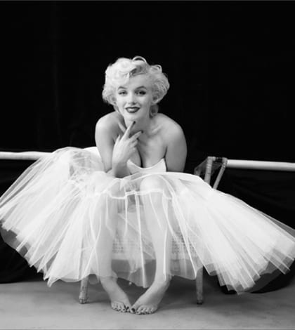 Exposition_Milton_Green_MARILYN_MONROE_THE_BALLERINA_SITTING_NEW_YORK_1954_©_MILTON_GREENE_COURTESY_GALERIE_DE_LINSTANT_PARIS