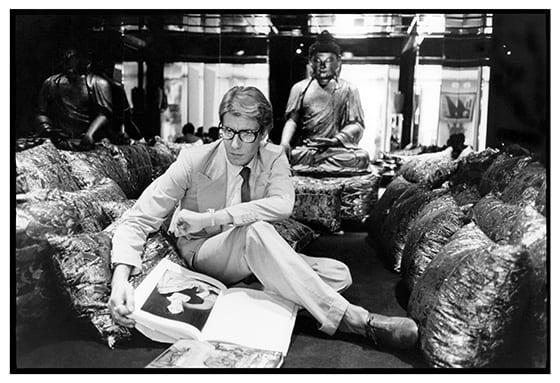 Yves_Saint_Laurent_dans_son_appartement,_55_rue_de_Babylone_1977_©_Photo_Andre_Perlstein_Collection_privee