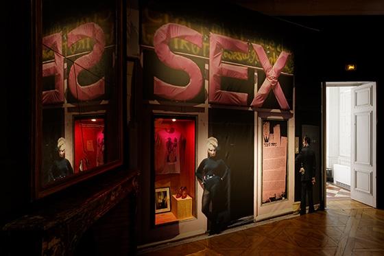 Expo_Vivienne_Westwood_SCENOGRAPHIE_PIERRE-VERRIER_Musee_des_Tissus_de_Lyon_01