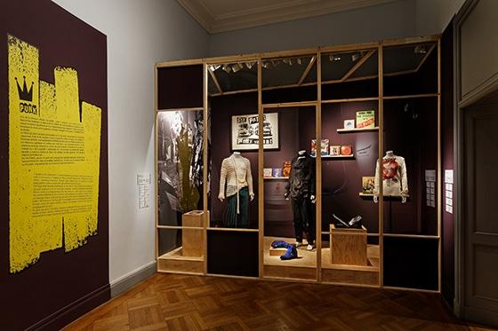 Expo_Vivienne_Westwood_SCENOGRAPHIE_PIERRE-VERRIER_Musee_des_Tissus_de_Lyon_02