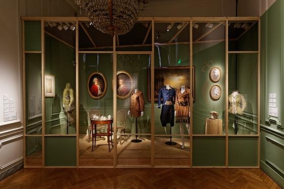 Expo_Vivienne_Westwood_SCENOGRAPHIE_PIERRE-VERRIER_Musee_des_Tissus_de_Lyon_04