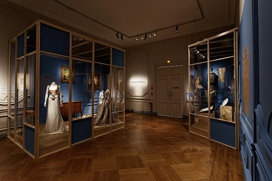 Expo_Vivienne_Westwood_SCENOGRAPHIE_PIERRE-VERRIER_Musee_des_Tissus_de_Lyon_05