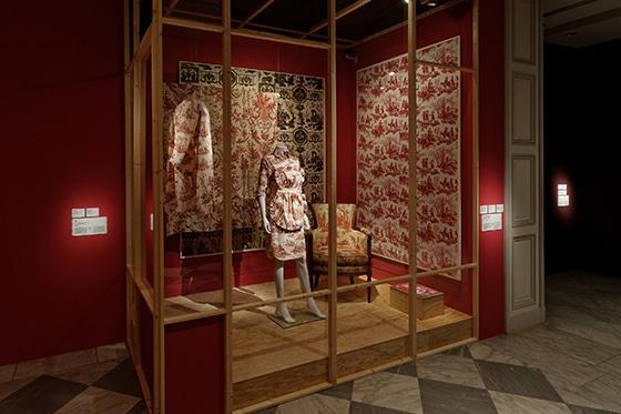 Expo_Vivienne_Westwood_SCENOGRAPHIE_PIERRE-VERRIER_Musee_des_Tissus_de_Lyon_10