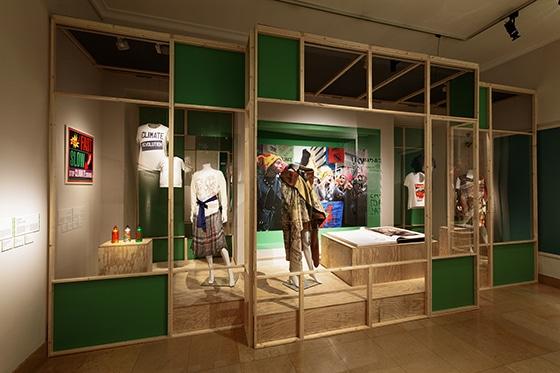 Expo_Vivienne_Westwood_SCENOGRAPHIE_PIERRE-VERRIER_Musee_des_Tissus_de_Lyon_14